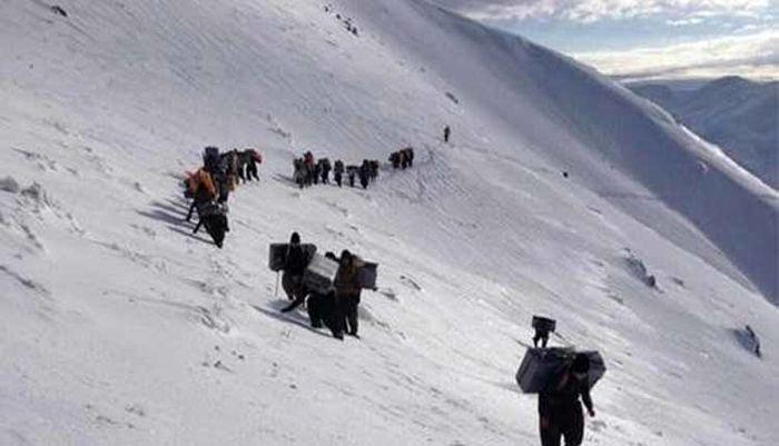بیش از ۲۰ کولبر در منطقه سرشیو سقز در برف و کولاک گرفتار شدهاند