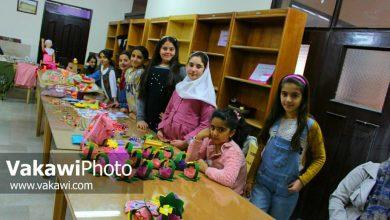 نمایشگاه صنایع دستی جمعی از دانش آموزان و اولیای آنها در کتابخانه عمومی